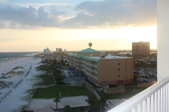 Hilton Pensacola Beach: View from balcony of family suite