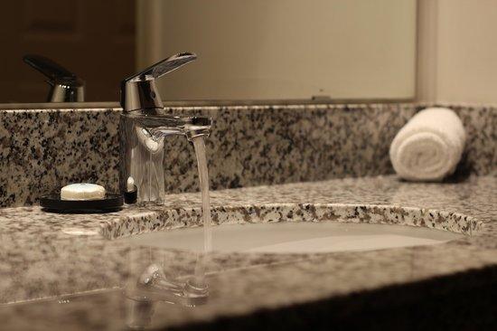 Maverick Motor Inn: Bathroom