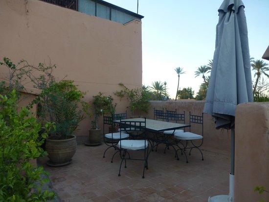 Riad Dar Nimbus : un coin repas sur terrasse sur le toit