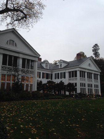 Duke Mansion Bed and Breakfast : For the back, the mansion is just as impressive and the surrounding grounds are quite a sight to