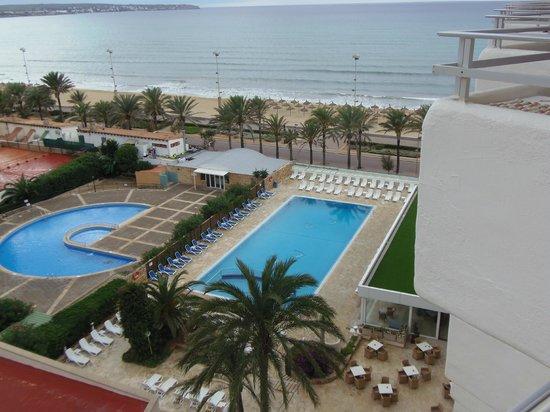 HM Gran Fiesta: Vistas a la piscina exterior y del hotel adjunto
