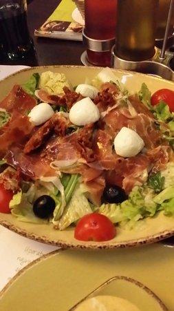 Kavarna Q: Italian salad - delicious.