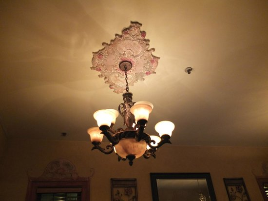 Asteras Greek Taverna: Great dining room lighting
