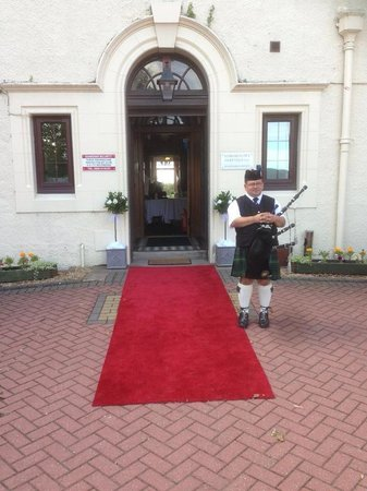 Kingsknowe Golf Club: Piper at the main entrance