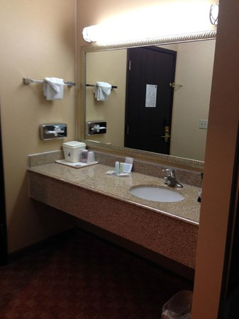 Comfort Inn Newport: sink area outside of bathroom