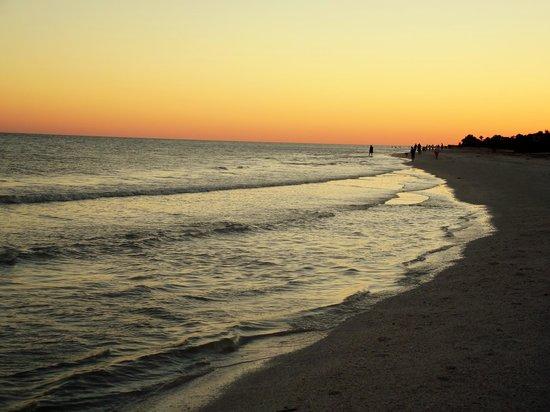 Sanibel Inn: sunset on beach