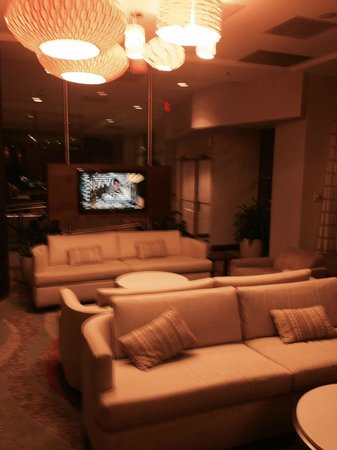 DoubleTree by Hilton Hotel Washington DC - Silver Spring: Nice modern lobby!