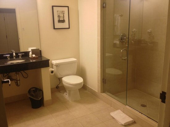 International House Hotel: spacious bathroom