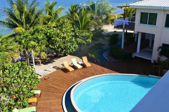 Laru Beya Resort & Villas: This shot looks down on the edge of the pool from Jabiru 303's balcony, including the green walk