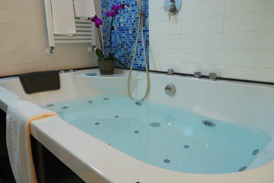 Sanlu Hotel: Dettaglio della bellissima vasca idromassaggio della Camera Superior