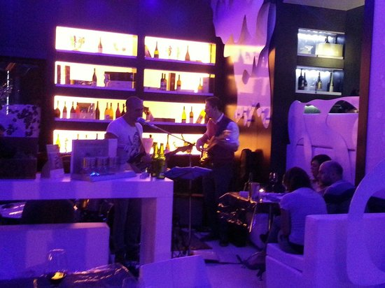 Monblanc Cafe: live band