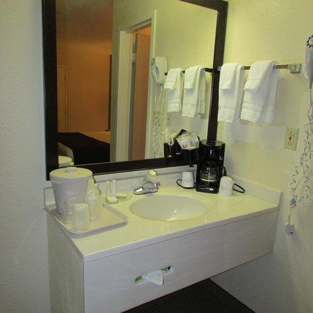 Baymont Inn & Suites Louisville East : The sink area
