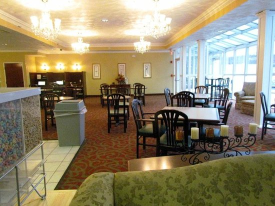 Comfort Suites: eating area is larger than what is shown.