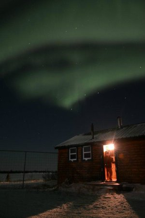 Dymond Lake Ecolodge: northern lights above the lodge