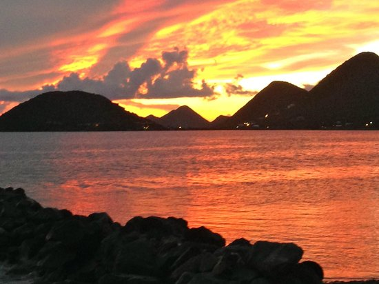 Fort Recovery Beachfront Villa & Suites Hotel: Sunset over Sophers Hole - West End Tortola