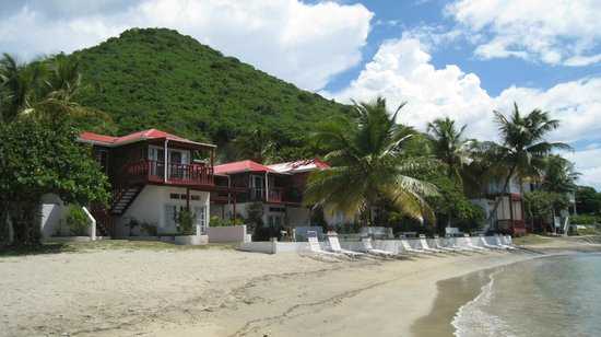 Fort Recovery Beachfront Villa & Suites Hotel : Beach & Buildings at Ft. Recovery