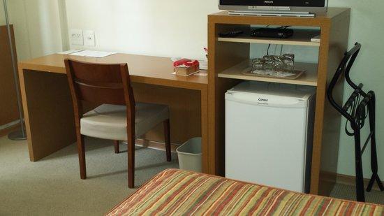 Astron Hotel Bauru: Work space with refrigerator