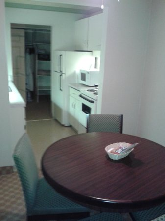 Royal Scot Hotel & Suites: Our Kitchen and Dining room