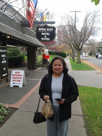 Royal Scot Hotel & Suites: Outside of Royal Scot Hotel
