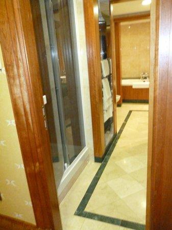 Killarney Plaza Hotel and Spa : bathroom in suite
