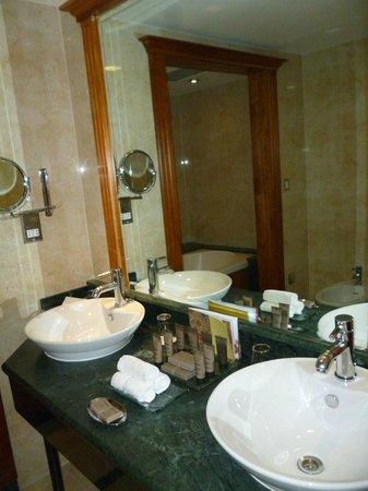 Killarney Plaza Hotel and Spa: bathroom in suite