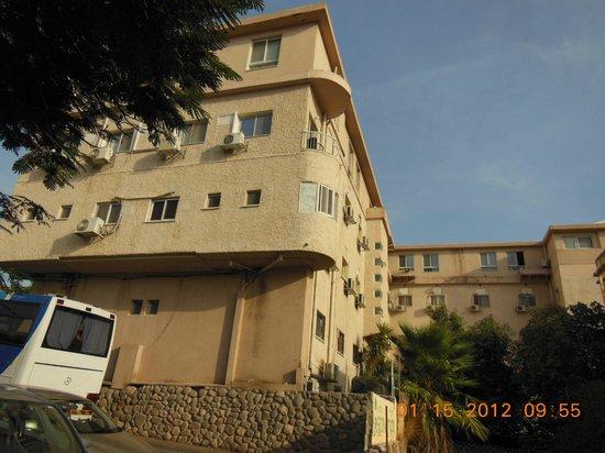 Astoria Galilee Hotel - Tiberias: Вид со стороны дороги