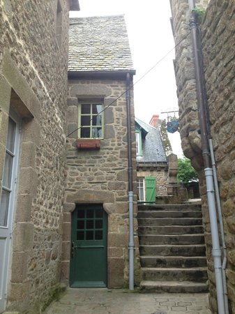 Auberge Saint-Pierre: Green door is outside entrance to room