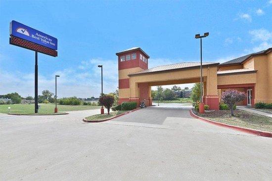 Americas Best Value Inn & Suites-Haltom City/Ft. Worth : Exterior