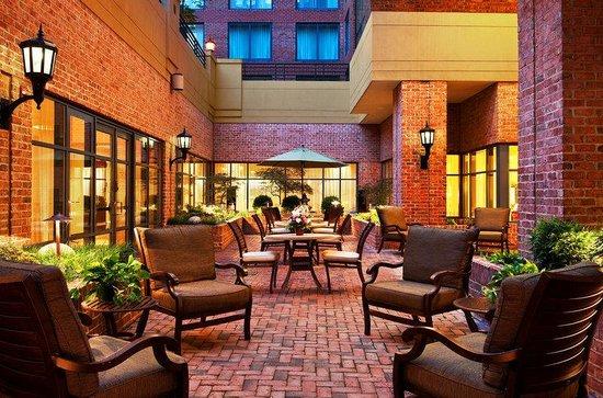 Sheraton Suites Old Town Alexandria: Lobby Courtyard