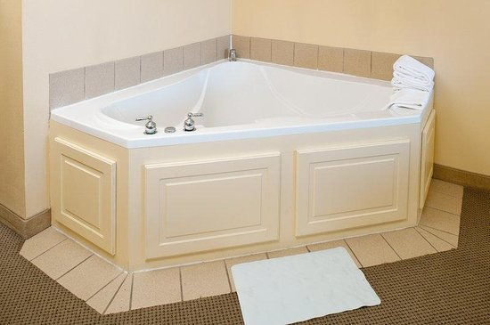 Four Points by Sheraton Fairview Heights: Deluxe Whirlpool Suite