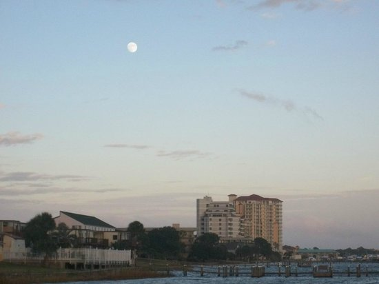 Roya Hotel & Suites Bayside: Full moon, from pier...so nice