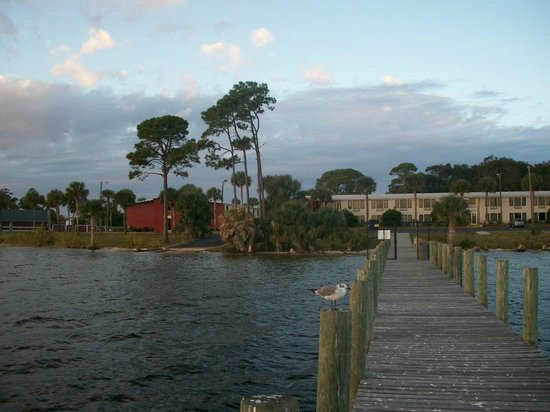 Quality Inn Bayside: view from pier towards hotel