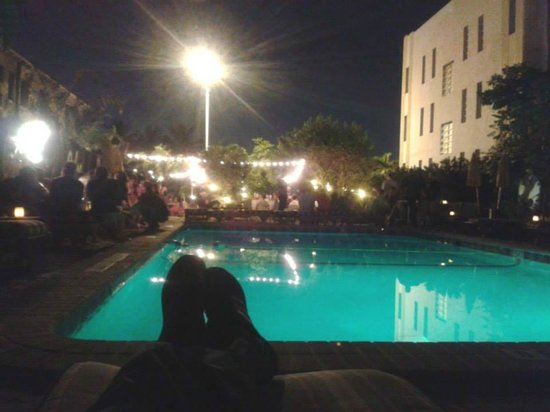 Freehand Miami: Noche en el area de piscina.
