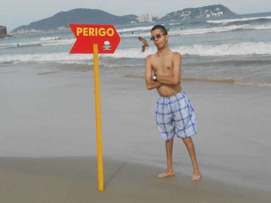 Pitangueiras beach: Cuidado com as placas de perigo!