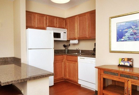 Aspen Suites Rochester: Middle Kitchen