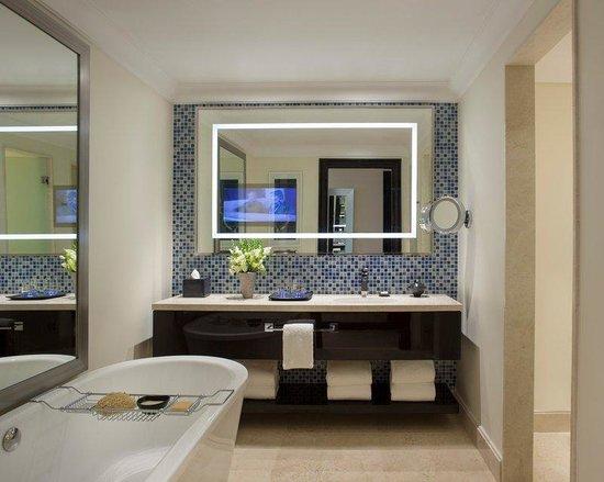 Four Seasons Hotel Buenos Aires : BUEBathroom