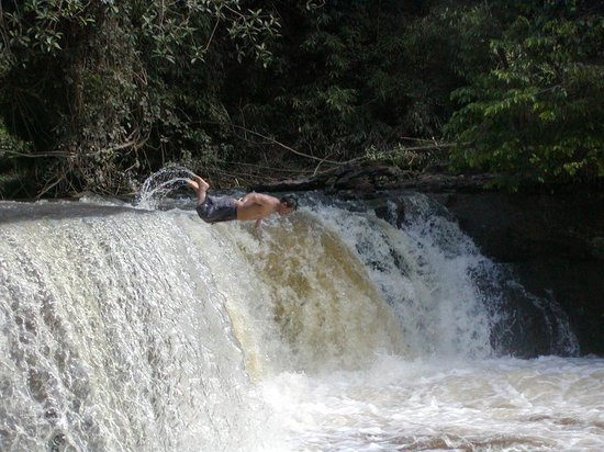 Wasai Tambopata Lodge: Jorge diving into the falls