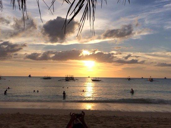 Dave's Straw Hat Inn: Beautiful Sunsets at Boracay
