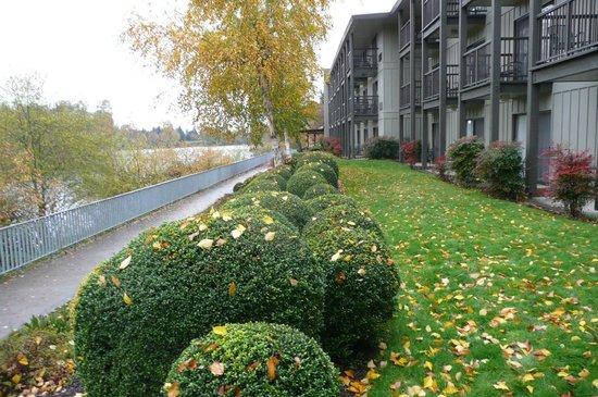 Valley River Inn: path to restaurant