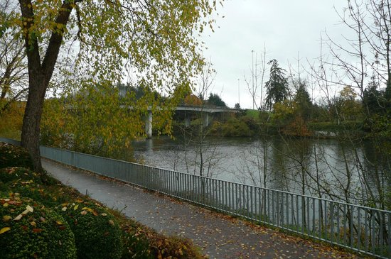 The Valley River Inn: jogging path