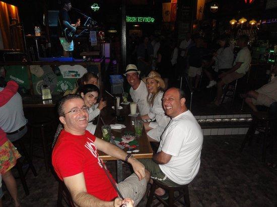 Irish Kevin's Bar : Turma boa que conhecemos aqui.