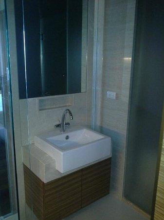 Jasmine Resort Hotel: separate sink/powder