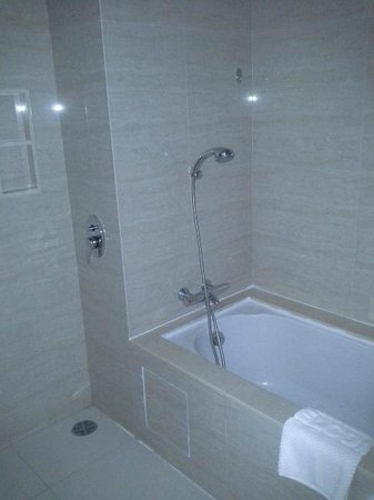 Jasmine Resort Hotel: Bath and Shower
