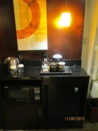 DoubleTree by Hilton Hotel Chattanooga Downtown: Coffeemaker, fridge and microwave