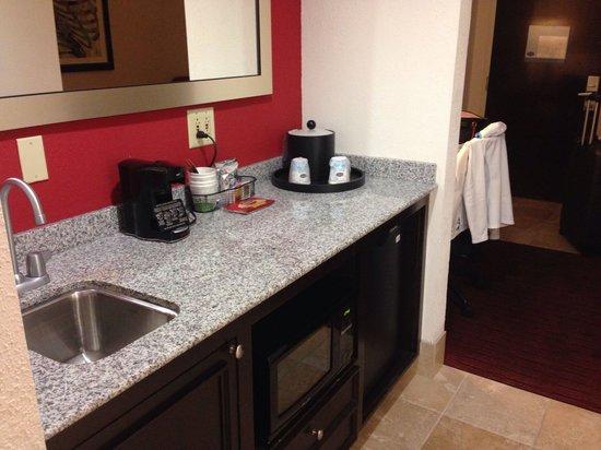Hampton Inn & Suites Atlanta - Downtown: Kitchen area