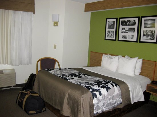 Sleep Inn Airport : Room with queen bed