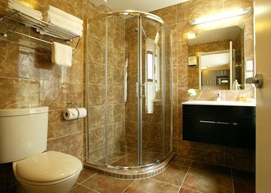 Quality Suites Alexander Inn: Marble Bathroom