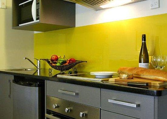 Quality Suites Alexander Inn: Suite Kitchens