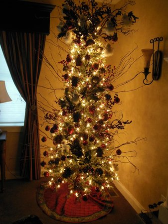 Summer Creek Inn: Yes, this is a Christmas Tree in our room ... it was the season