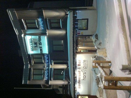 Hotel Le Ski d'Or : Façade de l'hôtel de nuit (2013.11)